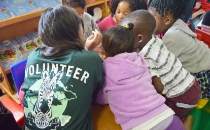 南アフリカ共和国の子供たちの学習を助ける日本人高校生ボランティア
